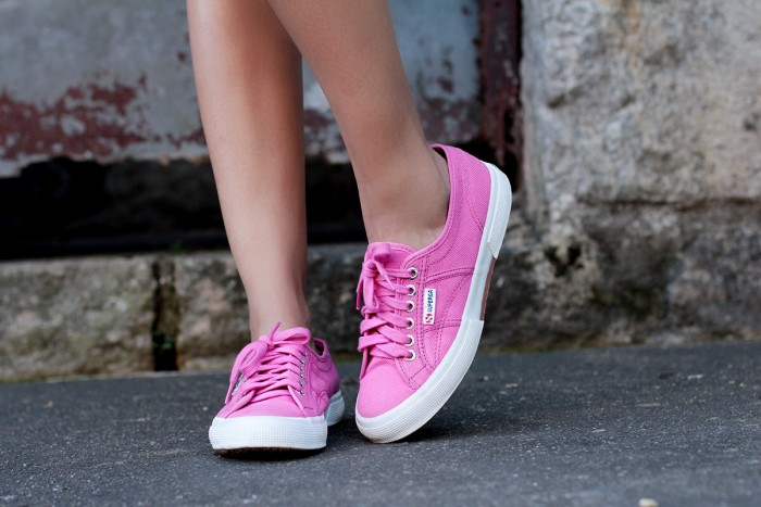 IMG_247look do dia_jardineira jeans_superga pink_Jessica Velasco